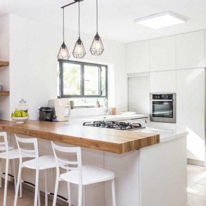 מטבחים מעץ חברות מטבחים המעצבות ומרכיבות מטבחים לכל כיס מתמידים עם אדיבות ושירות מהיר שיודעים לבנות ולהתאים מטבחים תוך כדי הפעלת המקרר והתנור ללקוח במטבח שלו