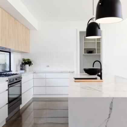 מטבחים מעץ מעצבי מטבחים קלאסיים אמינים עם הרבה ניסיון שיודעים לספק כל סוגי המטבחים לכל דורש תוך כדי הפעלת המקרר והתנור ללקוח במטבח שלו
