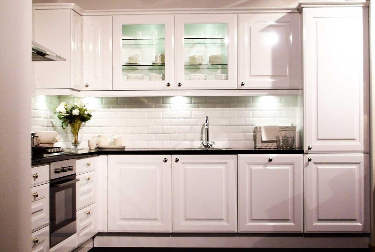 מטבחים מעץ מוכרי המטבחים מומחים בתחומם עם הרבה רצון לספק מטבחים איכותיים שיודעים לבנות ולהתאים מטבחים תוך כדי הפעלת ציוד מקצועי לניסור עץ במטבח הלקוח