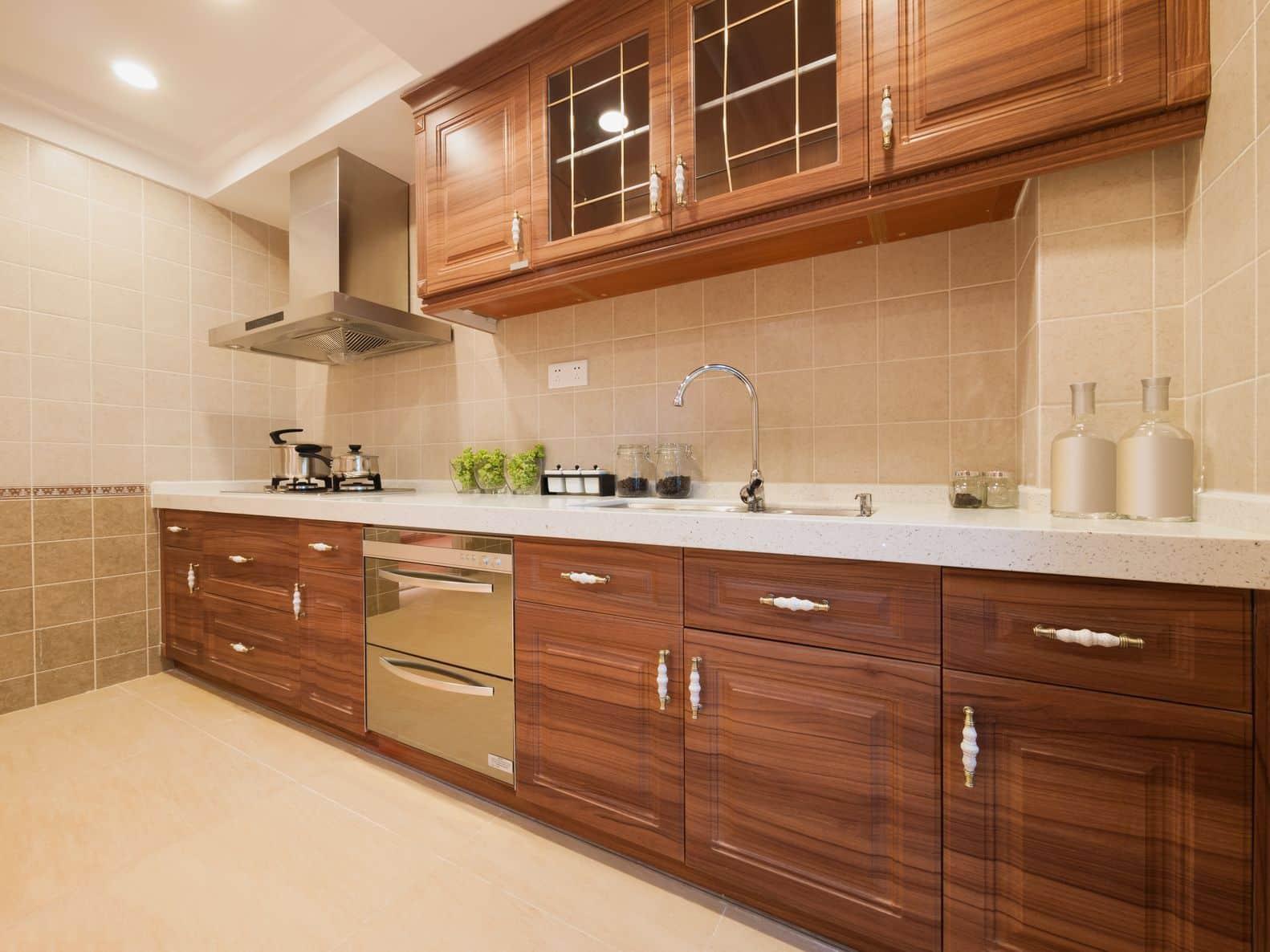 מטבחים מעץ מעצבי מטבחים קלאסיים מנוסים עם מתן אחריות לעבודתם שיודעים להתאים לכל לקוח מטבחים מתאימים תוך כדי הפעלת ציוד מקצועי לניסור עץ במטבח הלקוח